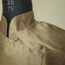 Khaki Seidenbluse im asiatischen Stil mit schräger Knopfleiste