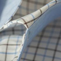 Braun-weiß-blau kariertes Hemd mit hellblauem Kontrastkragen