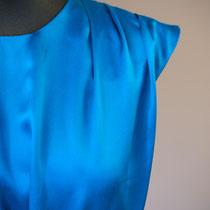 Türkisfarbenes Tageskleid mit Falten im Oberteil