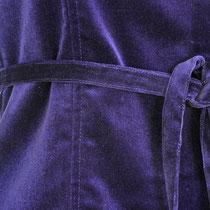 Violette Samtjacke mit Bindegürtel