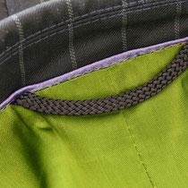 Maßkonfektionsblazer für Damen mit violetter Paspelierung im Innenfutter und Aufhänger in Kontrast zum grünen Futter
