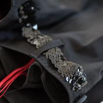 Schwarze Damensmokinghose mit Pailettengürtel