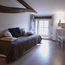 chambre maragot-divan-lit- maison d'hôtes de la groie l'abbé