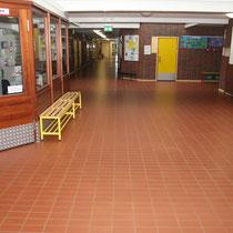 Flurblick durchs komplette Schulgebäude