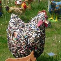 ein *Knopf-Huhn* (derbeobachter)