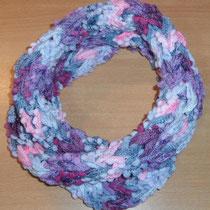 Fingerstrick-Loop in lila_Rüschen-Pompom-Garn (hat Martin *gestrickt*)