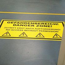 Warnaufkleber auf Boden mit Anti-Rutsch-Laminat