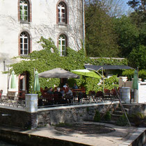 Les Moulins Banaux, terrasse ombragée au bord de la Vanne
