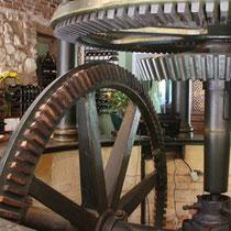 Les Moulins Banaux, une salle de restaurant où trône la machinerie du moulin