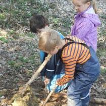 Marlene, Paul und Janis bei der Waldarbeit.