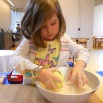 """Mira füttert """"Mauli"""" mit Reis."""