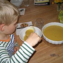 Zwei Schöpfer Suppe für Leopold.