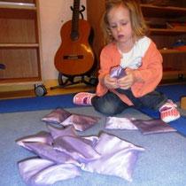Emma ertastet die zusammengehörenden Säckchen.