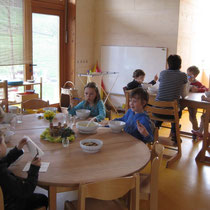 """Unsere """"Mittagskinder"""" beim gemeinsamen Essen."""