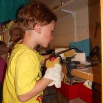 Luca in der Werkstatt.