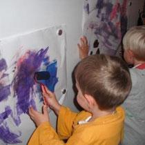 Moritz und Leopold beim kreativen Schaffen.