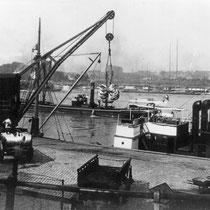 Bleirohre der Firma Lindgens & Söhne werden im Hafen verladen.