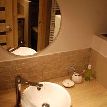 La salle de bain avec un accès direct sur la chambre [Bed linen/towels supplied]