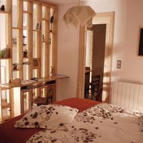 La chambre parentale ouvre sur la salle d'eau par une porte coulissante [Layout developped by a cabinet maker]
