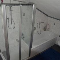 Badezimmer - Dusche und Badewanne