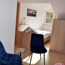 Schlafzimmer - Sicht von Einzelbett auf Doppelbett