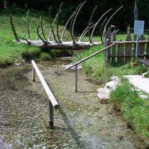 Wassertreten in 83229 -Aschau/Sachrang - Ökokulturweg zwischen OT Aschach und Ferienanlage Oberes Priental (Foto: Touristinfo Aschau/Sachrang)