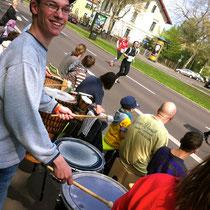 Freudiger Felix :-) Rainbowdrums beim Stadtmarthon 2014 in Leipzig