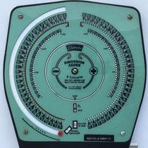 ELEMOTO Dimension Adder & Subtractor, model 4008, para  fractions of inches, fabricado por Elemoto Sales Co. (Teaneck, N. J., EE. UU.), año 1940