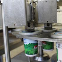Unter strengen Hygienemaßnahmen füllt unsere Milchexpertin schließlich unsere Produkte ab.