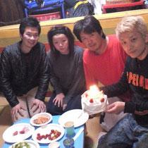 濱ぁさんにサプライズ!三浦さん達からバースデーケーキが!4月生れ4人で一緒にお祝い。三浦さんも4月生まれ!(濱ぁさん隣が三浦さんです)