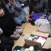 4月15日に集まった物資の中から女性用小物を中心にお届け。
