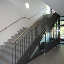 Brandschutz-Verglasung der Treppe angepasst