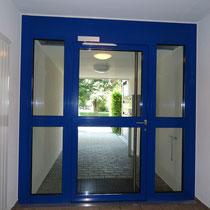 Aluminium-Türe in Mehrfamilienhaus