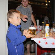 Das Bier ist sicher für seinen Vater.