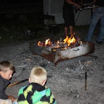 Feuer fasziniert vor allem die Buben.