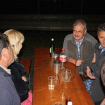 Quinti geniesst den Abend bei den Fischerkollegen