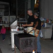 Marco und Rolf an den Grillen