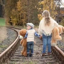 Bruder und Schwester mit Teddies