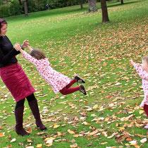 Kind und Mama spielen im Park