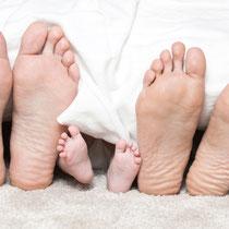 Baby und Eltern Füße