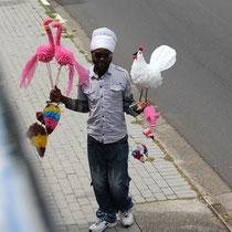Kundstwerke die an der Strasse angeboten werdenl. Alles aus Plastikresten.
