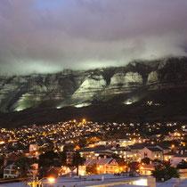 Der Tafelberg wird nachts beleuchtet