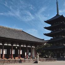 五重塔と東金堂(共に国宝)