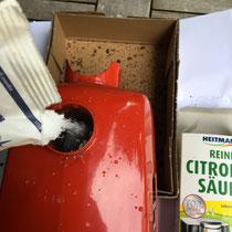 Die Zitronensäure kann nun eingefüllt werden. Bitte beachte sämtliche Warnhinweise auf den Verpackungen.