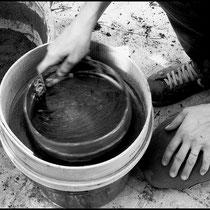 Préparation des cendres, tamisage. Crédit photo Rémi Lubin