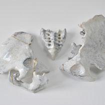 Infertilité, 2017, bassin en porcelaine, feuille d'or, 60x40x8cm