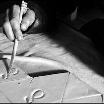 Plaquettes d'échantillons d'emaux céramique, façonnage. Crédit photo Rémi Lubin
