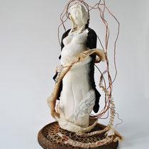 De la peur à l'amour, 2015, porcelaine, grès noir, peau de serpent, cuivre, fonte. H 45cm