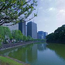 麹町駅5番出口の真上です。半蔵門駅からは徒歩5分、皇居近くのビジネス街