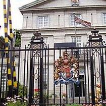 近くには英国大使館など各国の大使館があります。